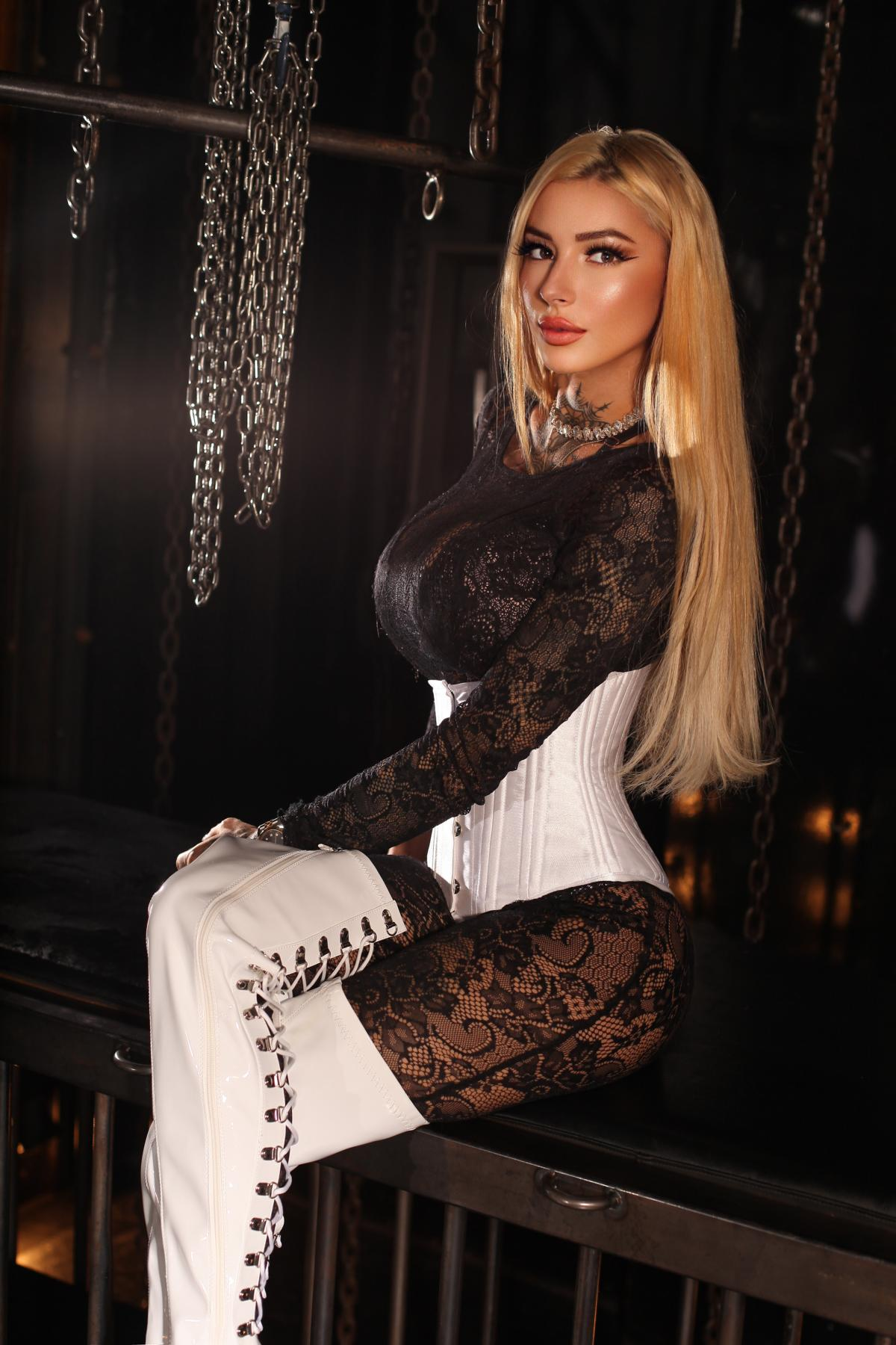 Domina Thalea, schöne junge Domina und Mistress in Latex